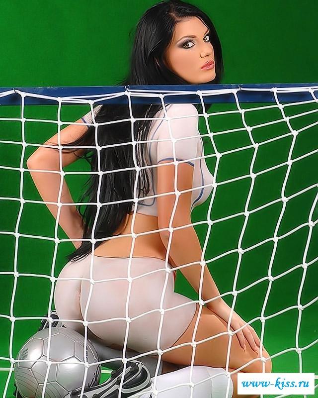 Спортивная дама с мячом у ворот
