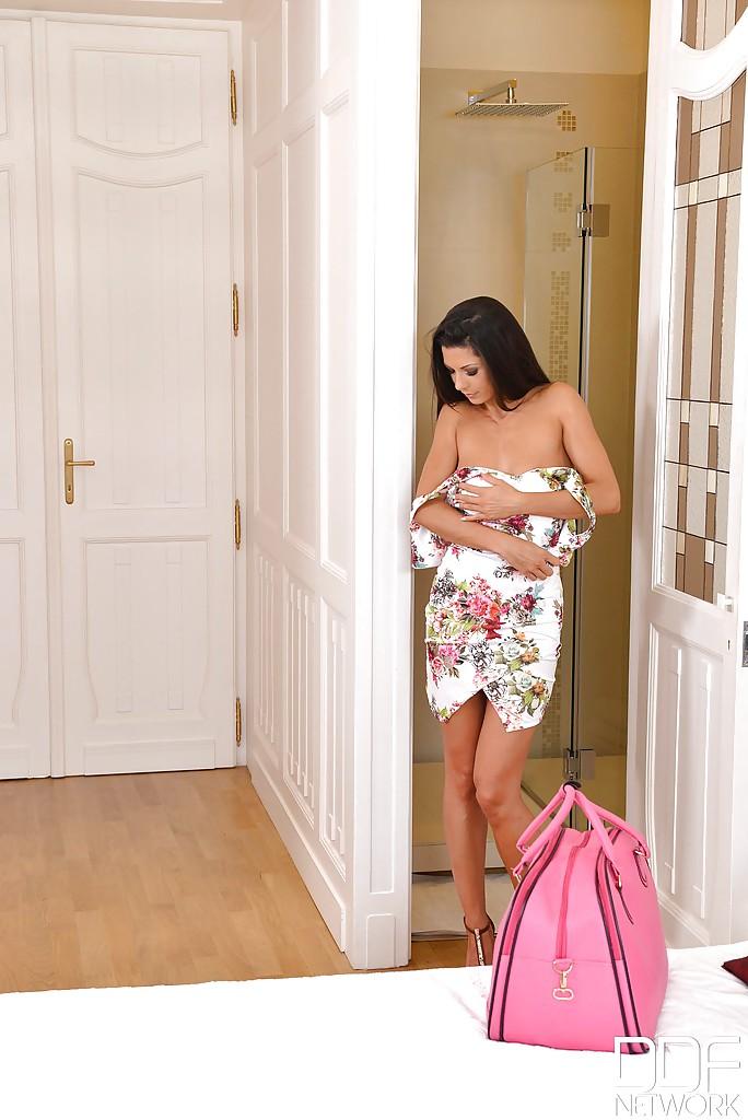 Стройная Alexa Tomas с розовой сумкой разделась перед душем