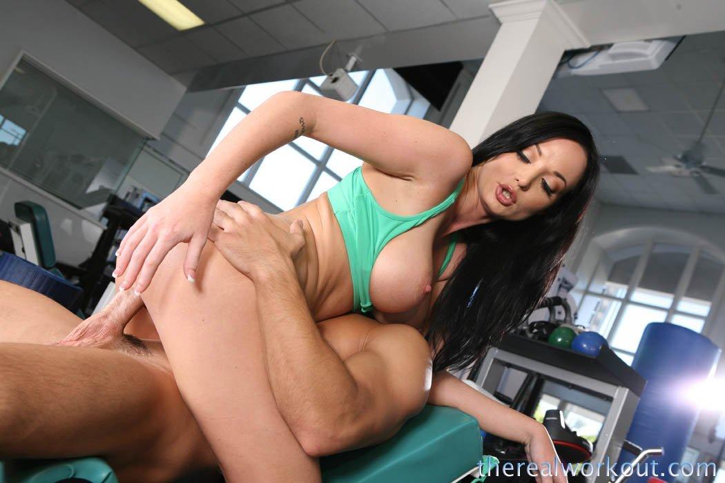 Темноволосая секс-бомба с большой грудью и круглой попкой Melissa Lauren занимается горячим сексом в спорт-зале