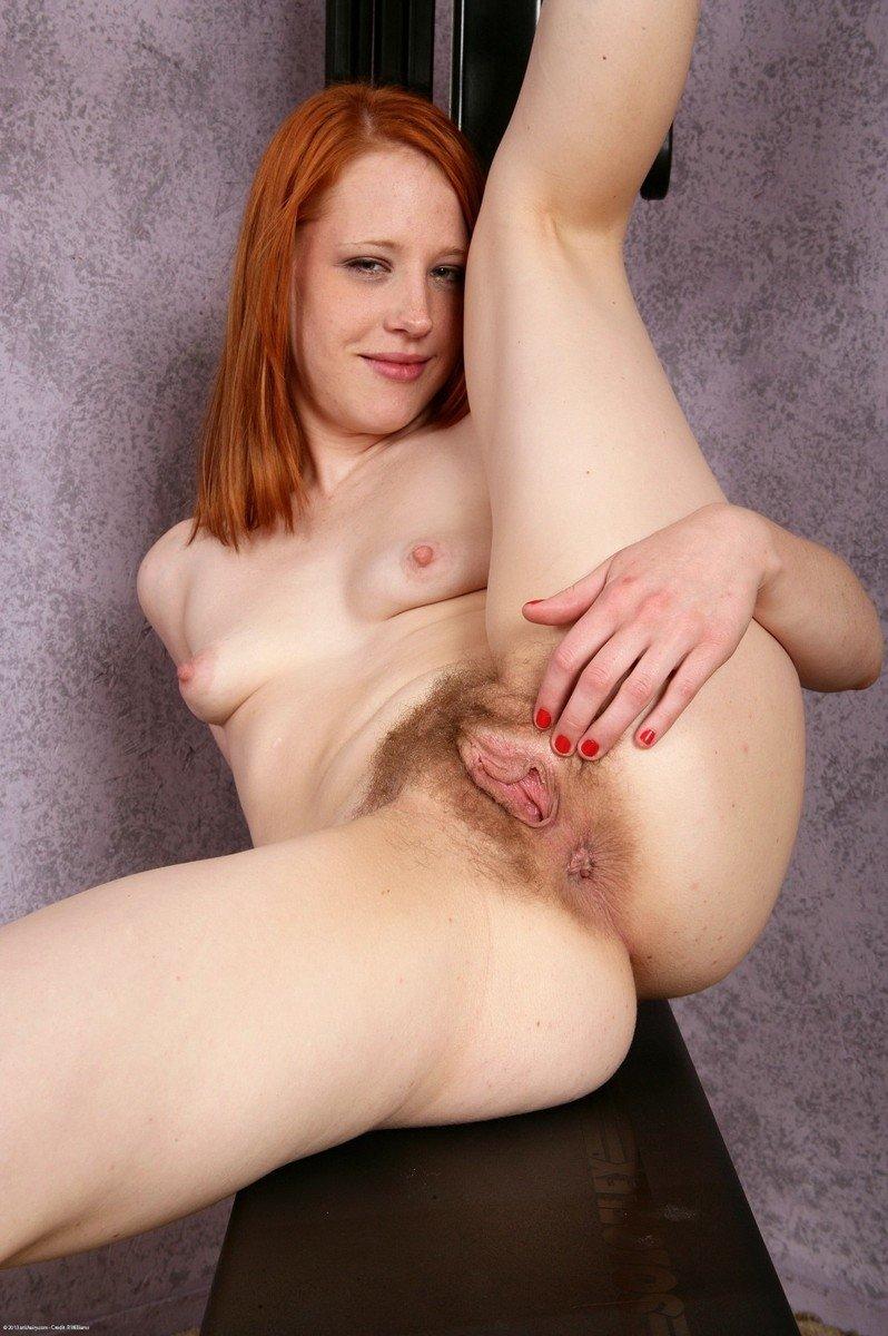У рыжеволосой молоденькой девчонки между ножек очень волосатая дырка