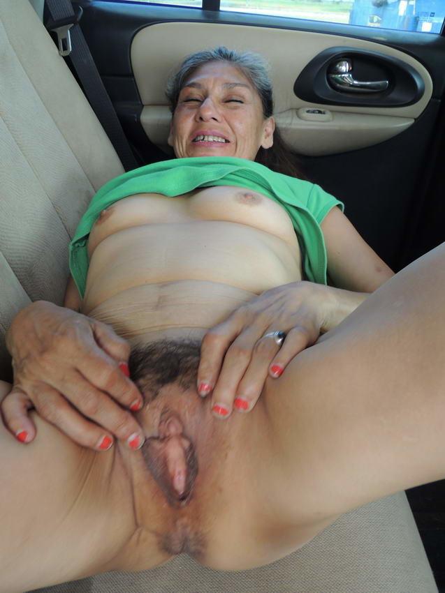 Мужчина рассматривает пизду пожилой шалавы в машине