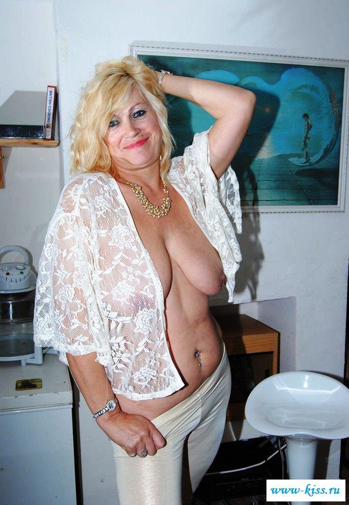 Обвисшая грудь опытной голой старушки - фото