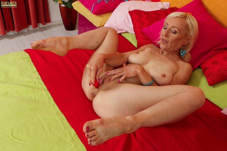 У пожилой блондинки Тины дома есть вибратор, которым она регулярно пользуется