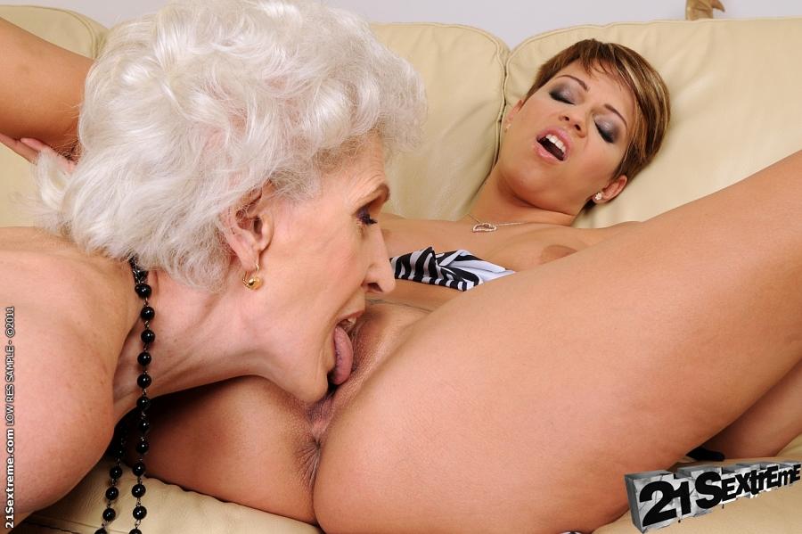 Зрелая бабушка развлекается с молоденькой подругой лесбиянкой