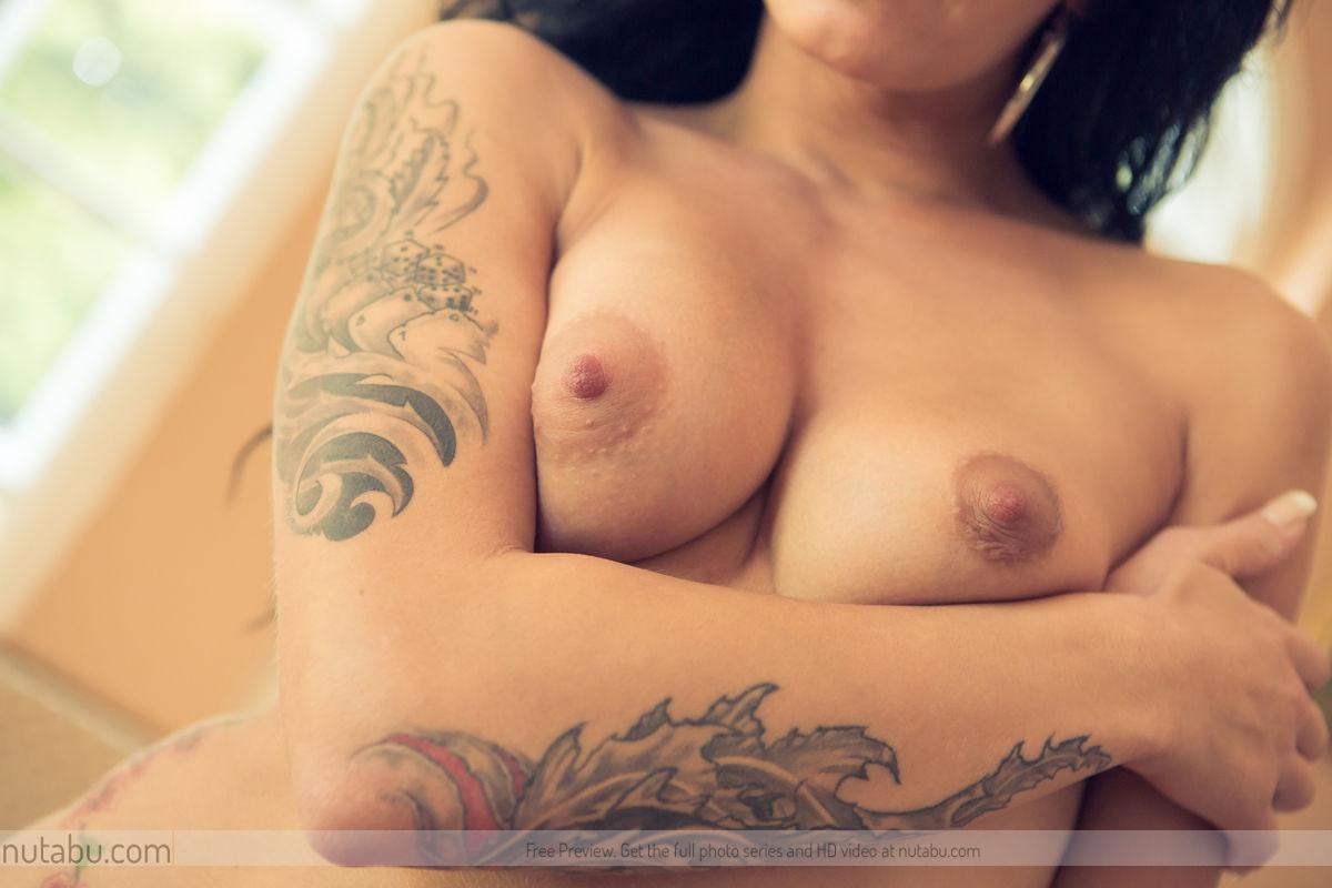 Развратная малышка Adele Sunshine позирует, показывая свое восхитительное татуированное тело