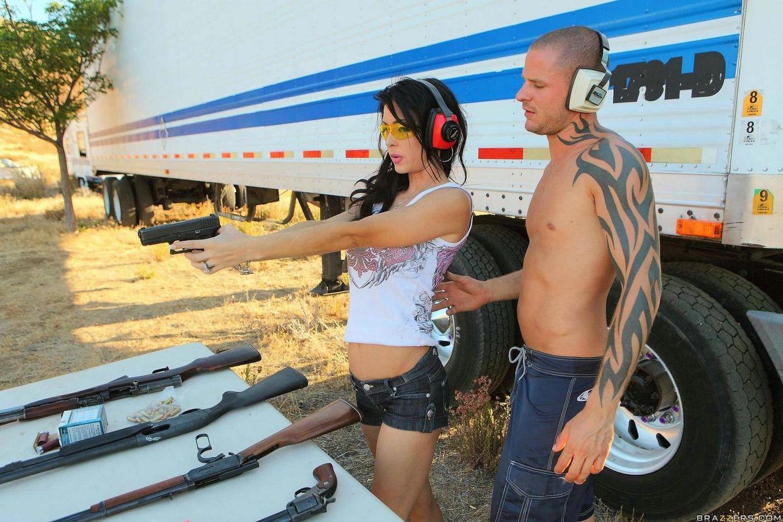 Татуированный дядька трахает сексуальную брюнетку Jessica Jaymes на свежем воздухе после  упражнений в стрельбе