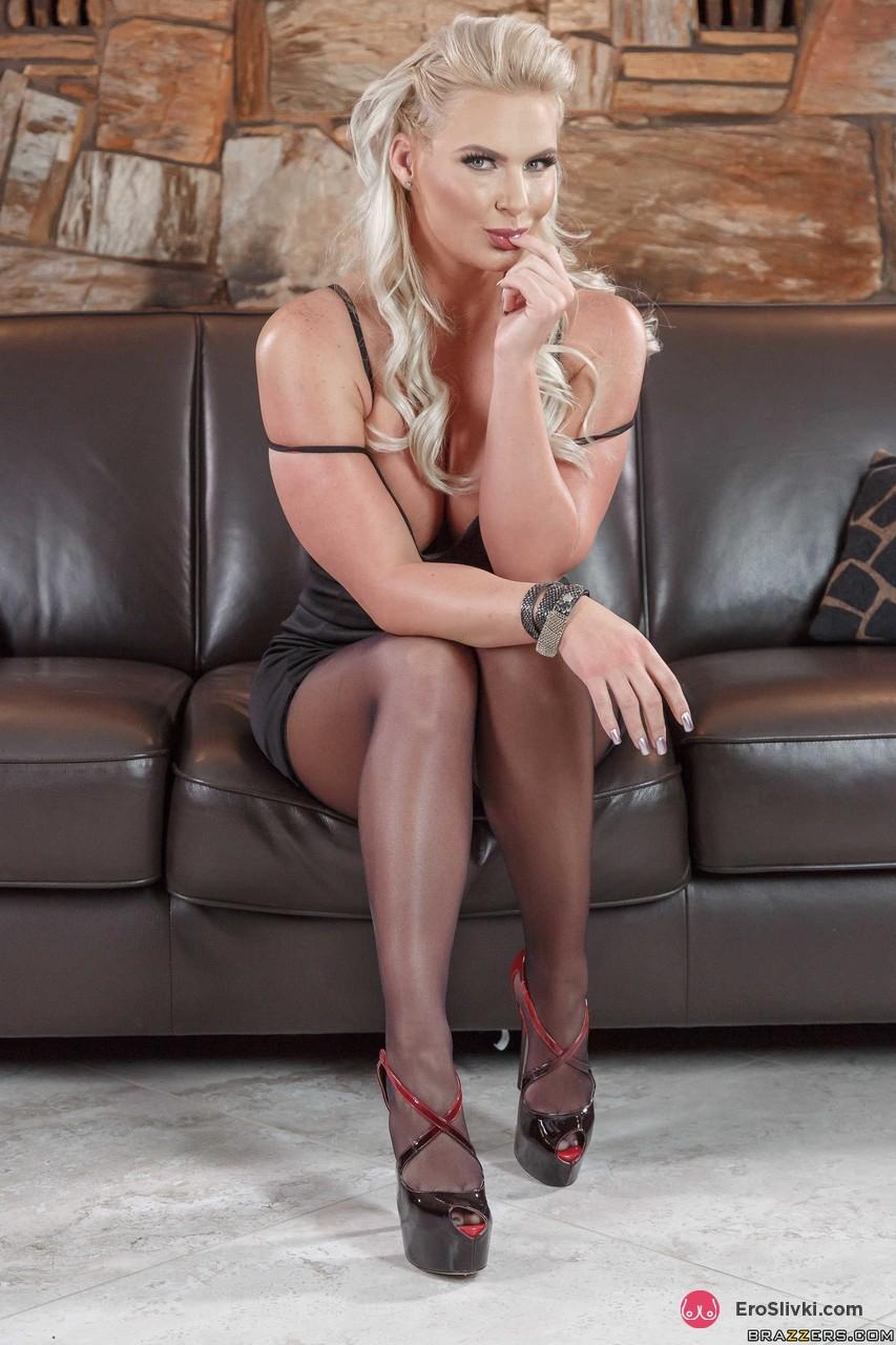 Крепко сложенная блондинка Феникс в черных чулках и на каблуках вертит задницей