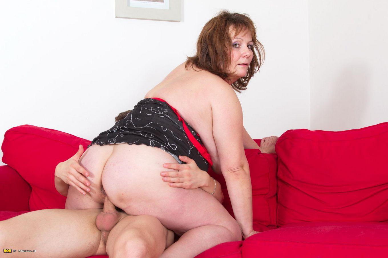 Крупная зрелая женщина ебется с молодым парнем