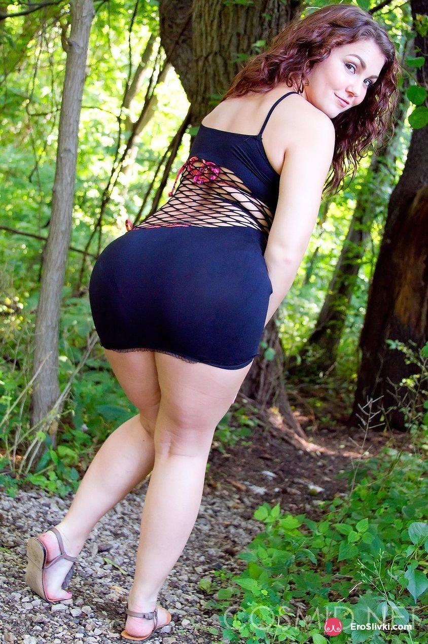 Темноволосая сучка в лесу показала свою большую задницу и маленькие сиськи