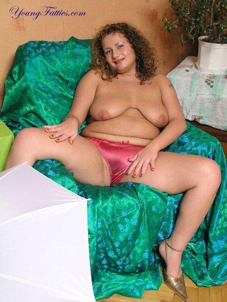 Жирная женщина в бардовых трусиках