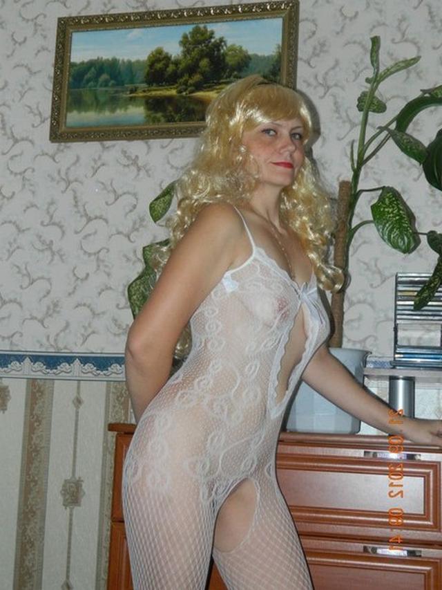 Белокурая мамочка позирует в эротичном белье перед мужем