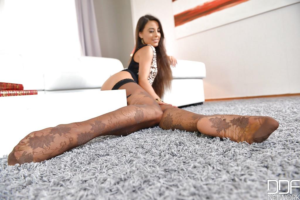 Брюнетка в чулках с листьями восхищает ногами и лижет пальцы