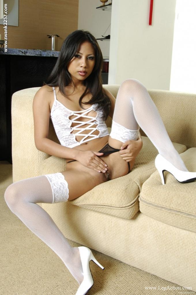Длинноногая Nyomi Marcela в белых чулках и черных трусиках
