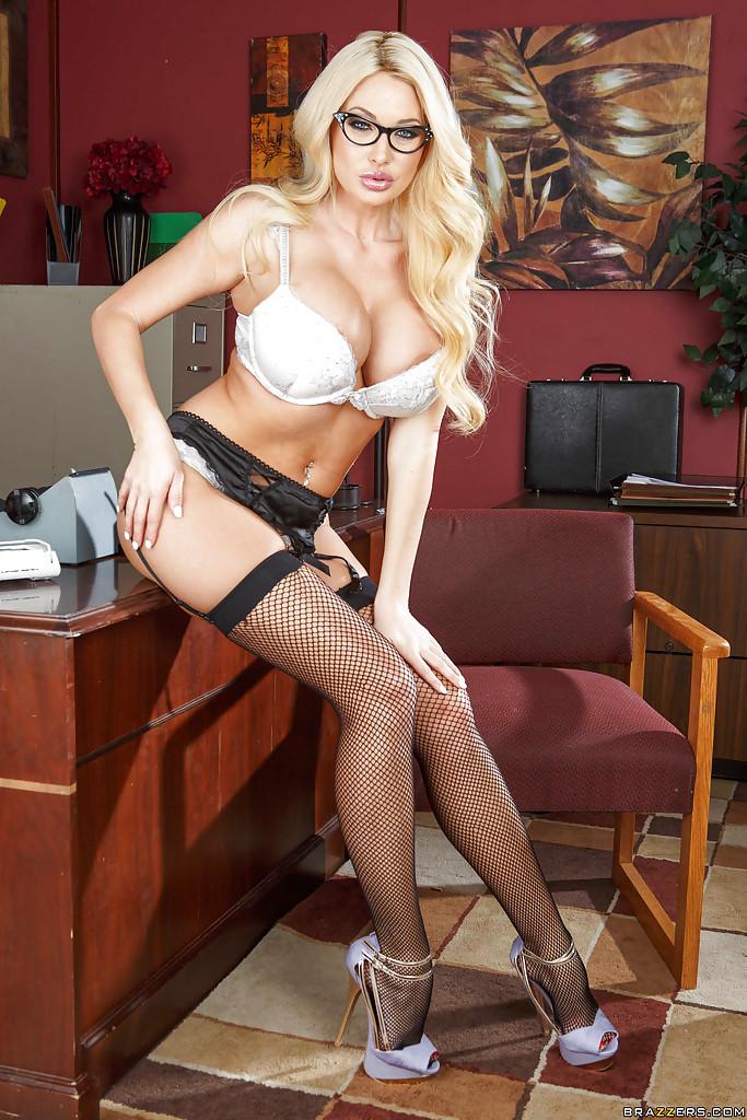 Грудастая начальница в очках Summer Brielle разделась в кабинете