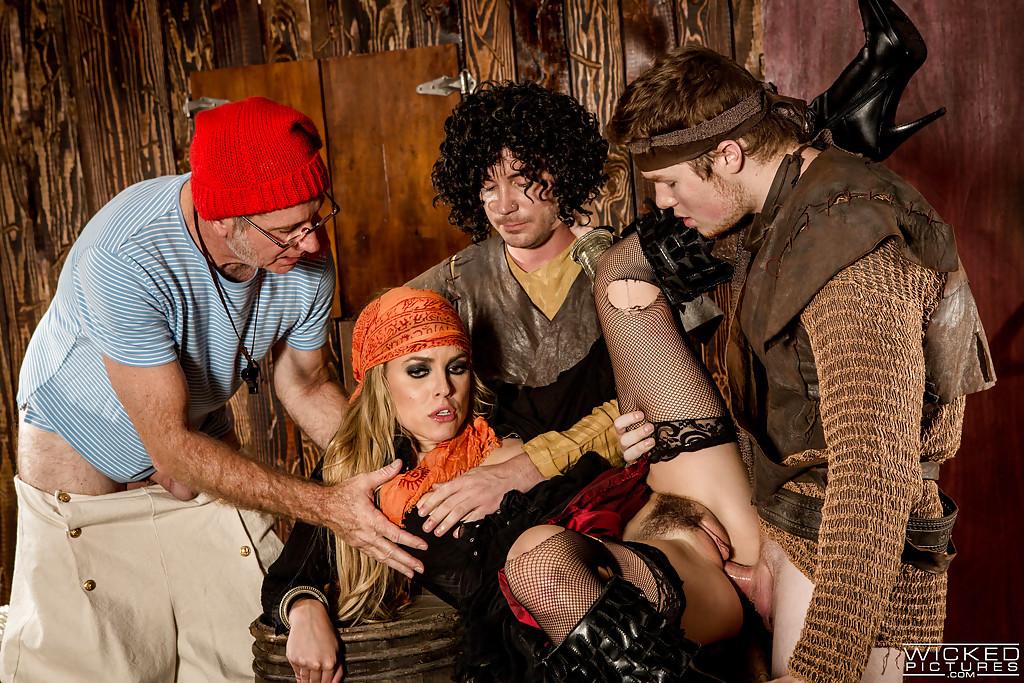 Косплей групповуха с пираткой в бандане
