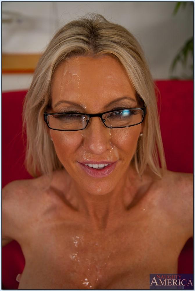 Парень трахает зрелую блондинку в чулках на красном диване