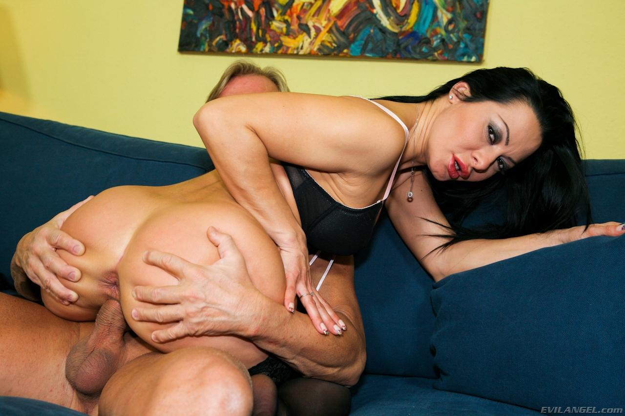Сексуальная мамаша в чулках Sandra Romain сосет член и получает все виды секса в анал