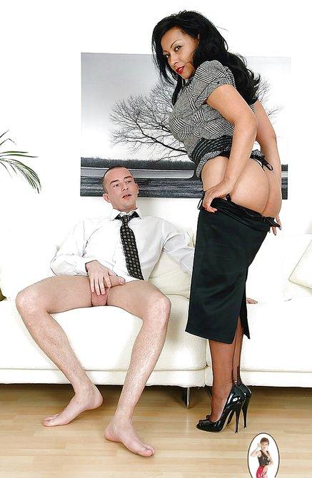Ухоженная женщина подрочила хуй другу на диване