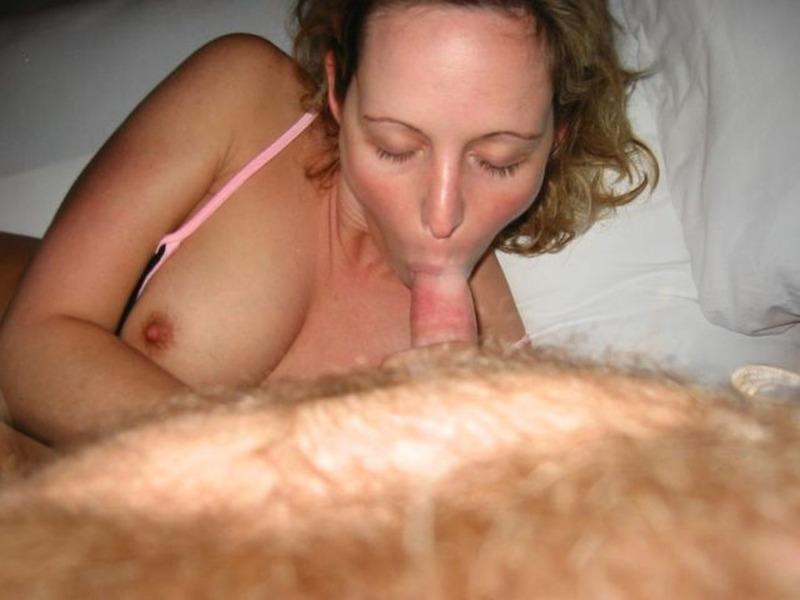Заводная мамка дрочит киску перед мужем и берет в рот