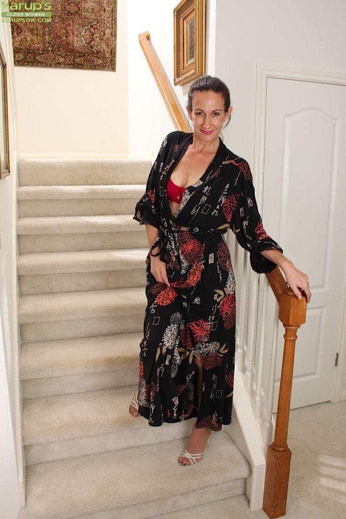 Зрелая мадам позирует и дрочит манду на лестнице