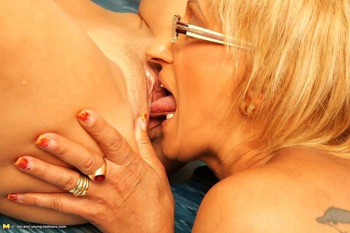 Две голые подружки лижут друг другу пизды и занимаются сексом в джакузи