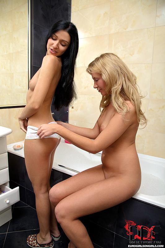 Raisa Nubiles и Talya Nubiles вылизывают бритые киски друг друга в ванной