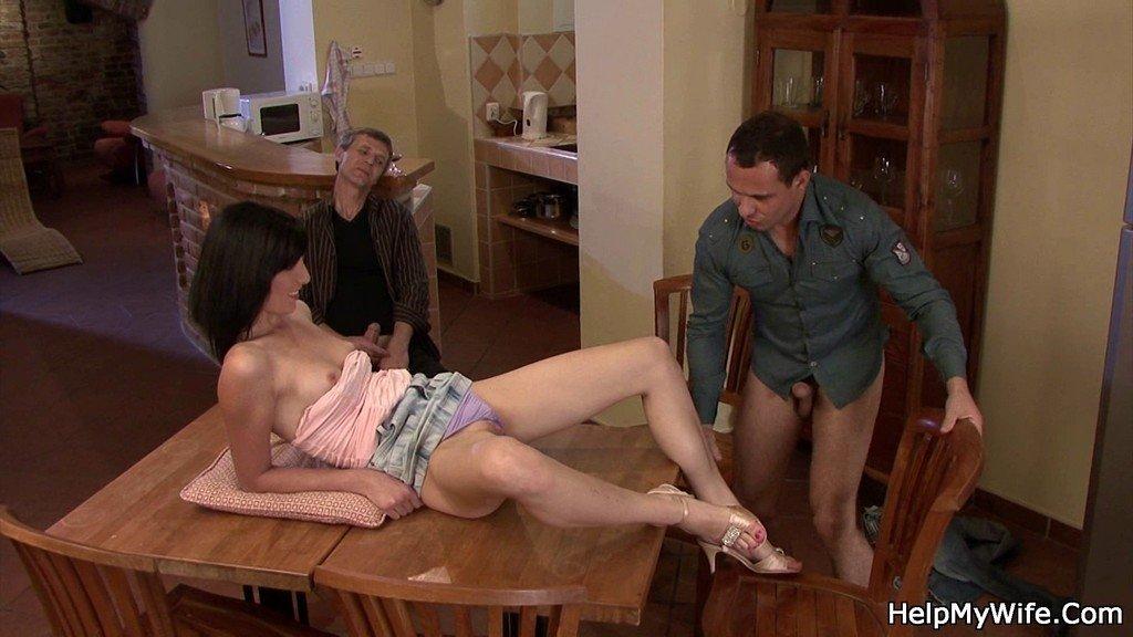 Мужчина наблюдает за тем, как его друг соблазняет молодую сучку, вылизывает ей и готовится трахнуть