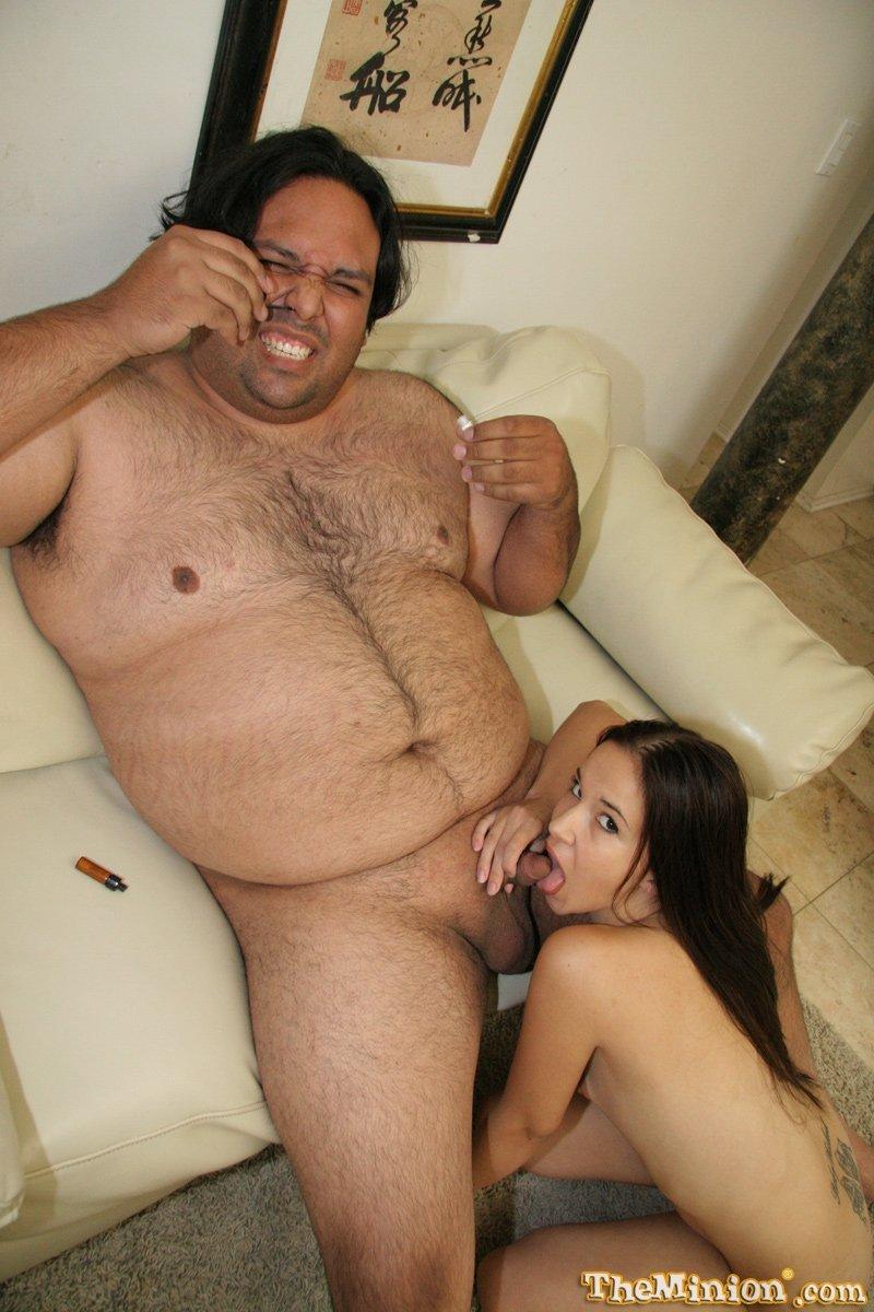 Сексуальная рыжеволосая телка профессионально сосет хуй толстому олигарху, который довольно улыбается