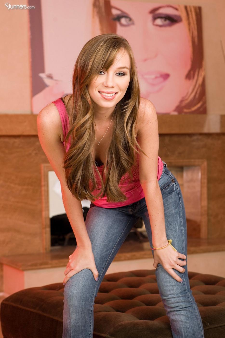 Сладкая малышка с бритой киской Capri Anderson снимает джинсы и трусики