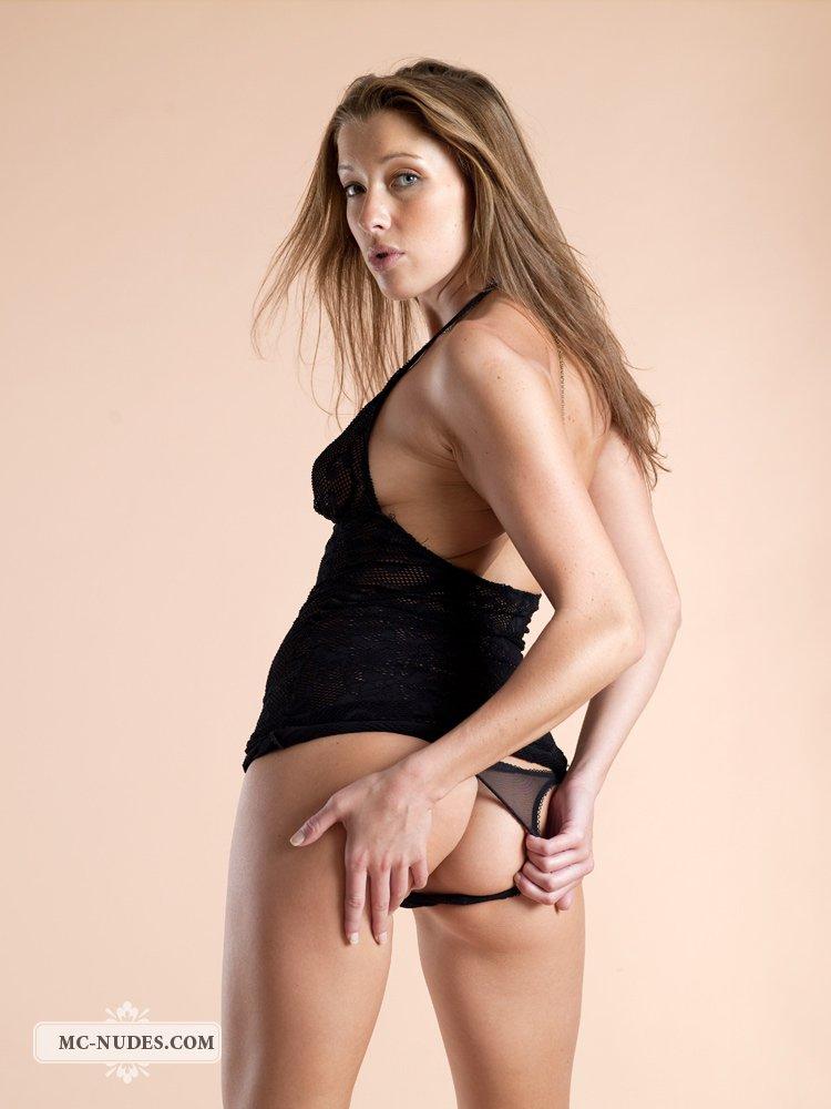 Клевая Latika Sapphic позирует в сексуальном нижнем белье и трясет своей упругой маленькой попкой