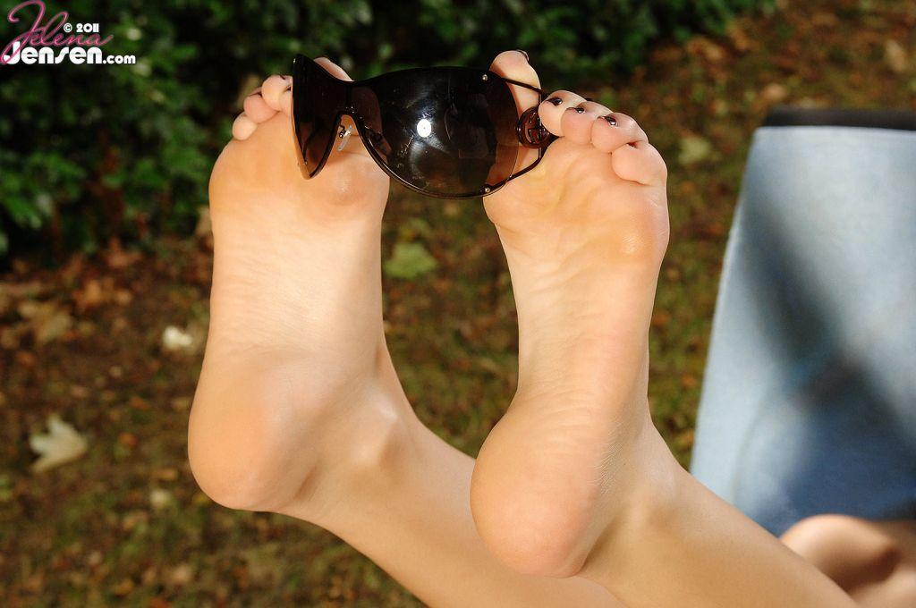 Обнаженная и грудастая детка в очках Jelena Jensen показывает ножки