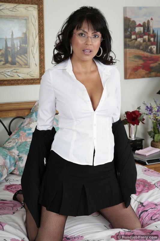 Темноволосая мамаша в очках Adriana Anelise раздевается и мастурбирует на четвереньках в ванной комнате