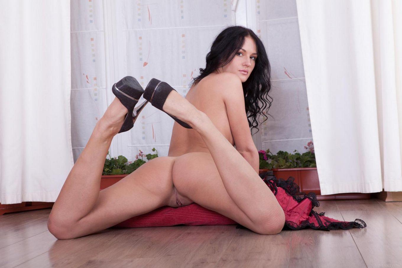 Соблазнительная брюнеточка Verona A снимает свой корсет и танга чтобы развлечься со своим телом на полу