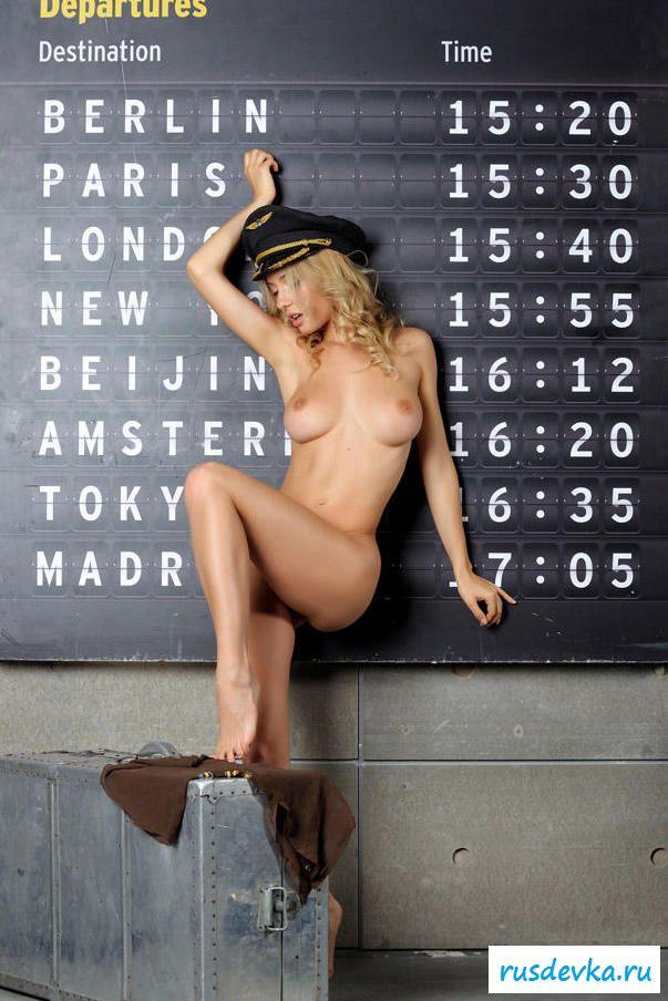 Божественная киска голой девчонки возле расписания полетов