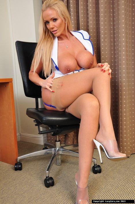 Медсестра захотела поебатся и устроила дрочку пизды на стуле