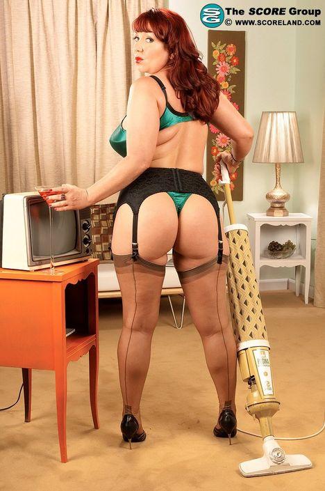 Очаровательная домохозяйка вывалила свой бюст из лифчика и позирует голой