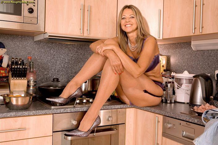 Симпатичная домохозяйка с упругими сиськами устроила сексуальную фотосессию с голыми интимными местами