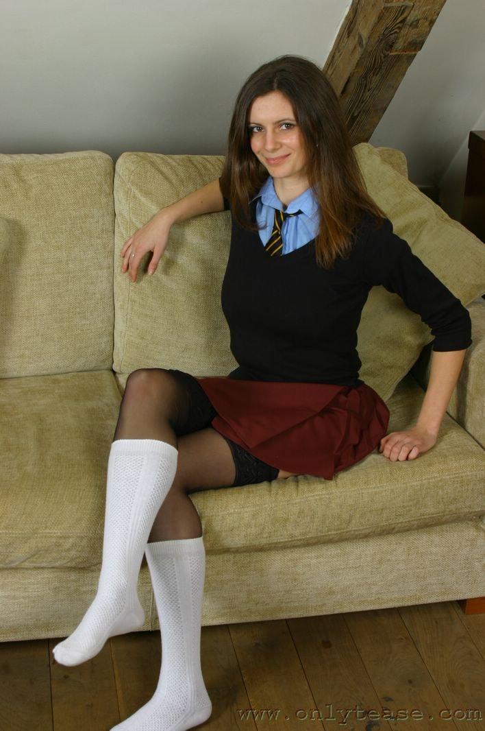 Студентка Martina Onlytease в униформе и черных трусиках расстегнула блузку чтоб показать клевые сиськи