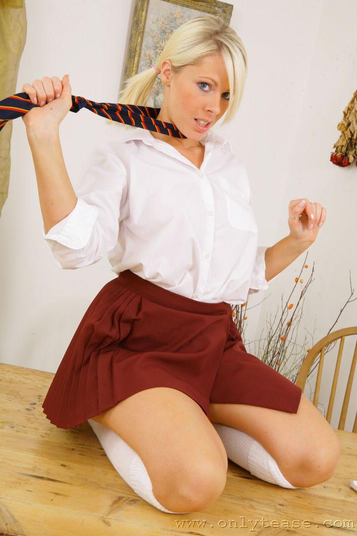 Студентка с косичками Rachel Jay снимает сексуальную униформу с улыбкой на лице