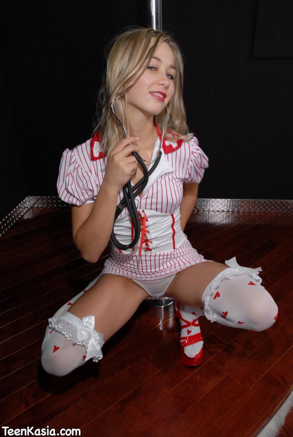 Тугая выбритая киска стриптизерши Teen Kasia в тяжелых туфлях обнажается из под униформы