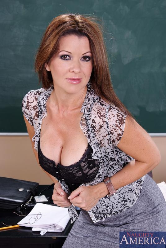 Восхитительная учительница Raquel Devine дала свою киску полизать и трахнуть прямо в классе