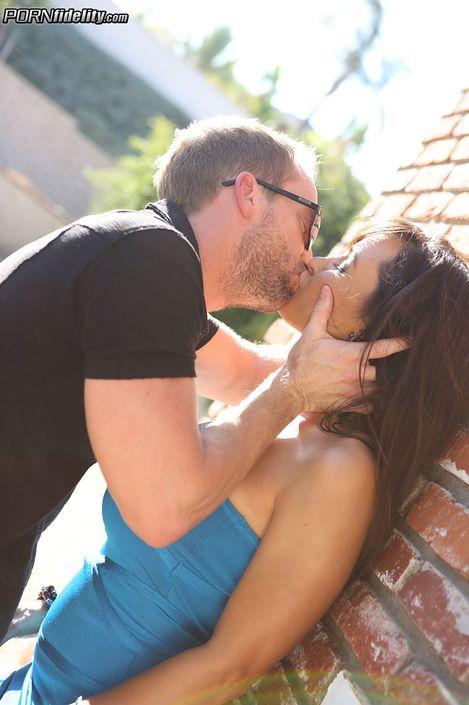 Любитель больших сисек Ryan Madison порет грудастую мамашку Lisa Ann в волосатую пизду на порно фото