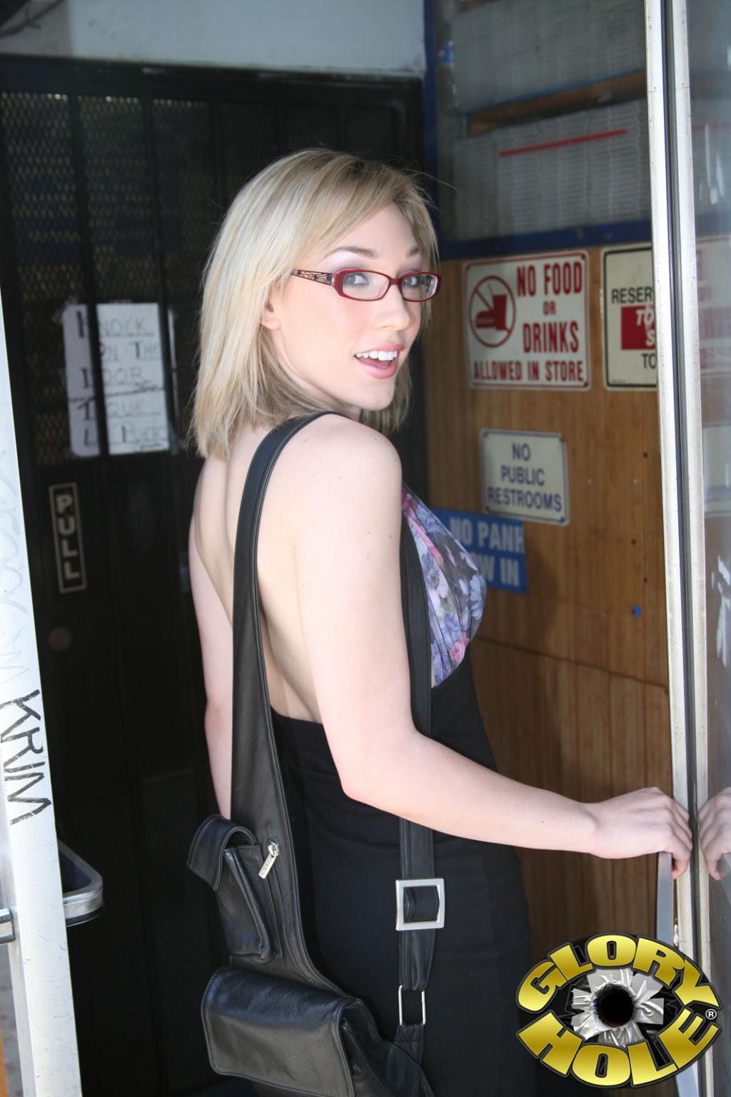 Блондинка в очках занялась дрочкой толстого черного члена