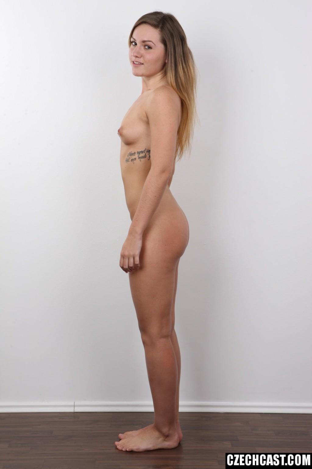 Чешка Сара стоит голая на порно кастинге