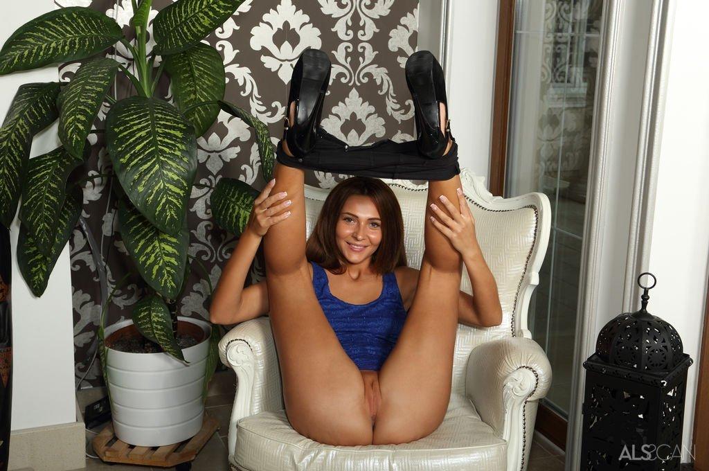 Gina Gerson полизала у длинноногой подружки и заглянула внутрь ее пизды