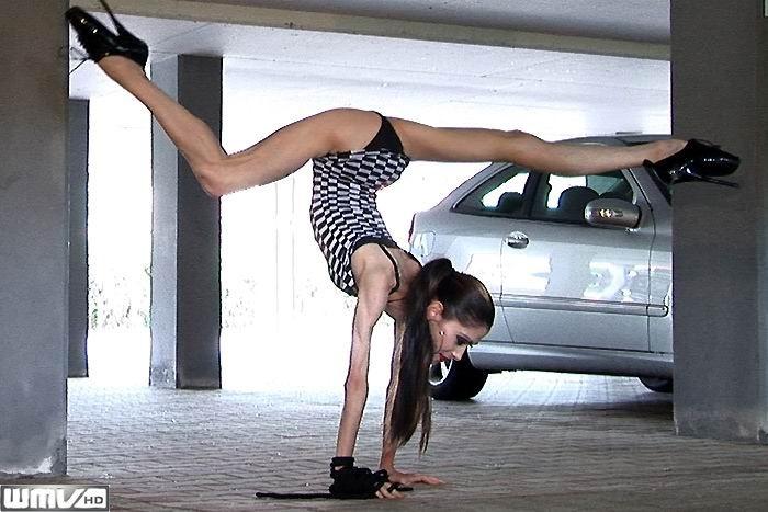 Худая балерина демонстрирует свою гибкость