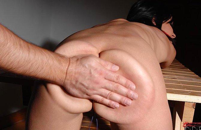 Любительницу приятной боли классно шлепают по заднице
