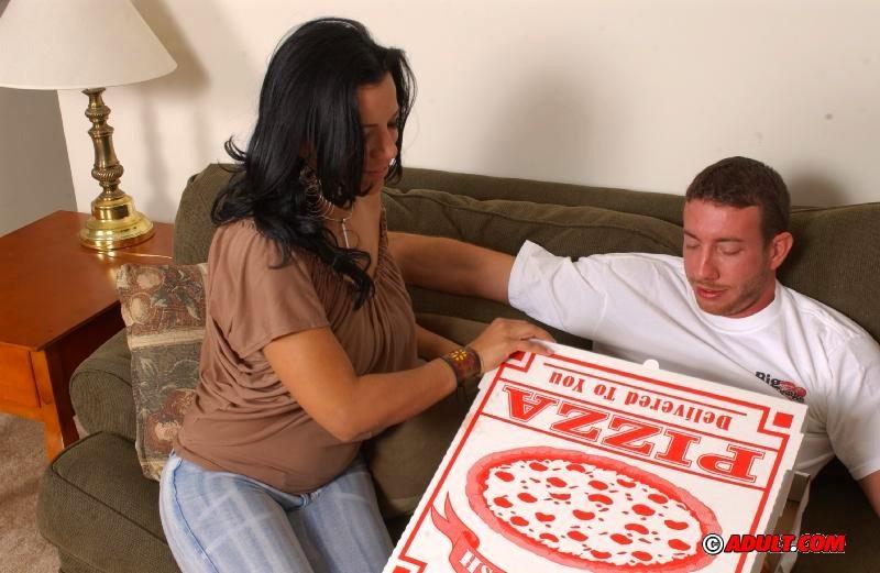 Мулатка перепихнулась с разносчиком пиццы