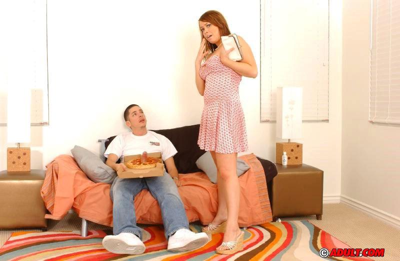 Пухлая деваха дала разносчику пиццы