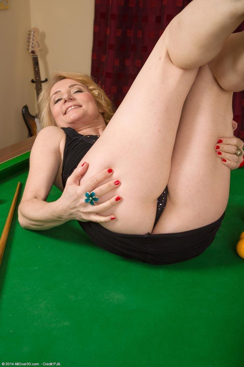 Зрелая женщина разделась на бильярдном столе